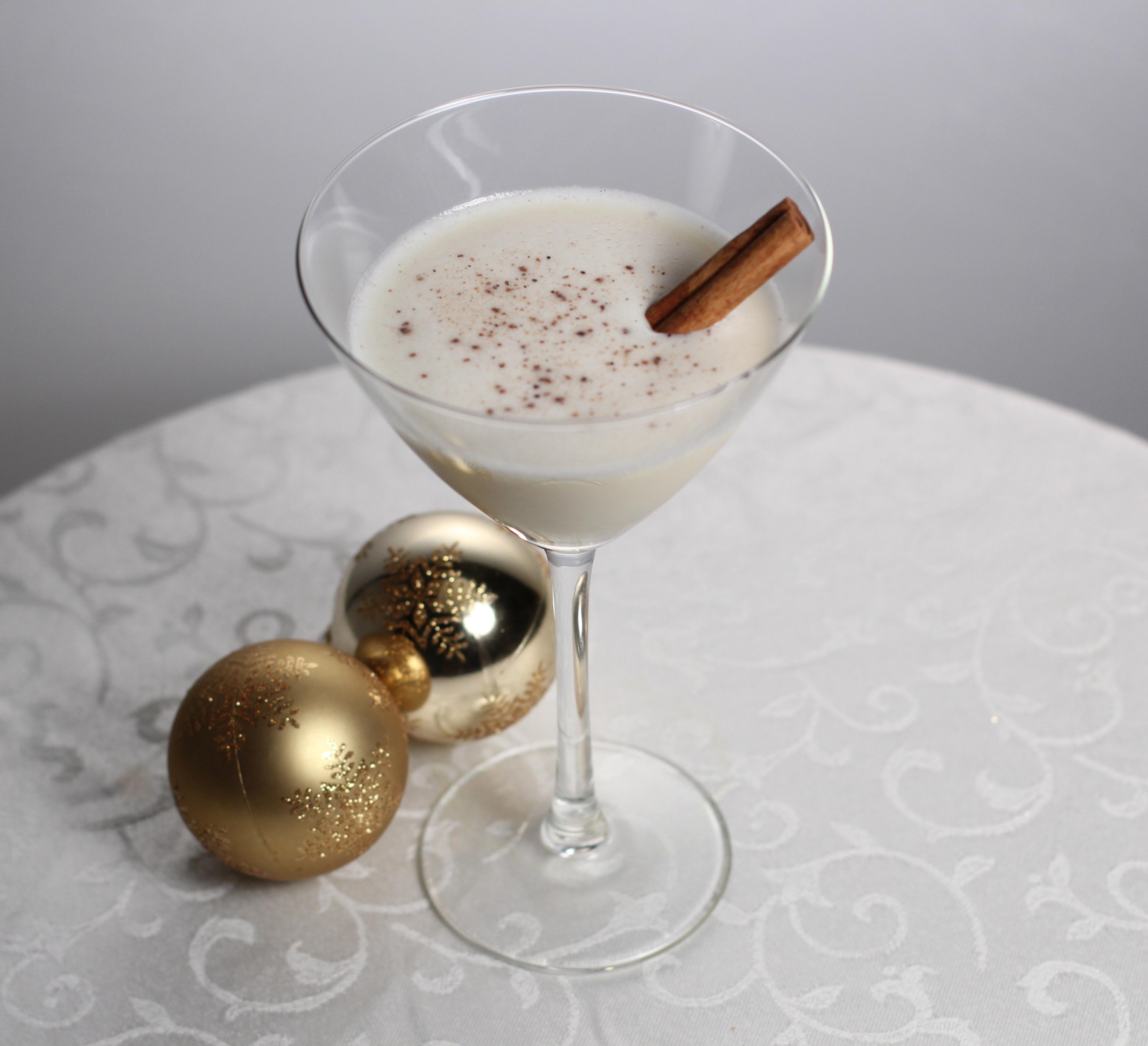 Easy Eggnog Christmas Cocktail Recipe